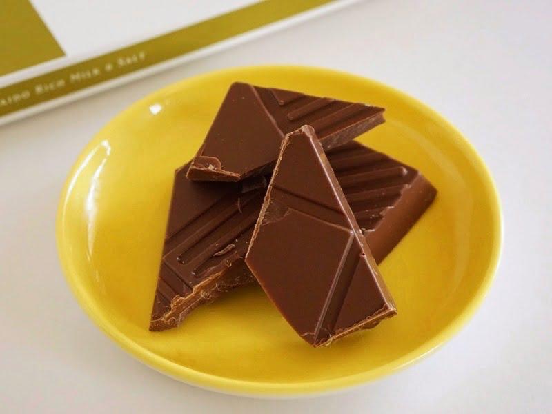 石屋製菓 恋するチョコレート 北海道贅沢ミルクチョコレートと塩中身