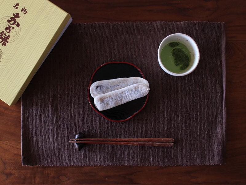 笹井屋のなが餅をお箸で食べる写真